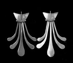 Par de aros con coral rojo de cultivo.    AROS DE PLATA      Aros de plata con rodocrocita      Aros estilo mapuche, repujados y cincelado...