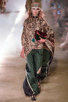See all the Collection photos from Gucci Spring/Summer 2019 Resort now on British Vogue Summer Fashion Trends, Fashion Week, Runway Fashion, Womens Fashion, Fashion Tips, Fashion Design, Gucci Spring, Mein Style, Vogue Japan
