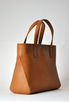 Simple straps attached with stitches on outside Side panels are triangles and the front and back panels wrap all the way around and are stitched to each other at the top Tote Handbags, Leather Handbags, Leather Bags, My Bags, Purses And Bags, Sacs Tote Bags, Leather Projects, Leather Design, Handmade Bags