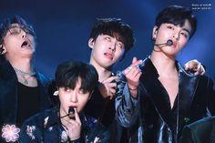 iKON being memes Super Concert Ikon Junhoe, Ikon Kpop, Kim Jinhwan, Yg Ikon, Chanbaek, Bobby, Funny Baby Images, Funny Pictures, Winner Ikon