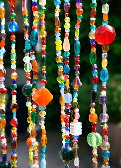 Happy feelings in your home with this multi colors bead curtain. Mobiles, Bohemian Bedroom Decor, Happy Hippie, Beaded Curtains, Curtain Patterns, Custom Drapes, Summer Diy, Garden Crafts, Bead Crafts