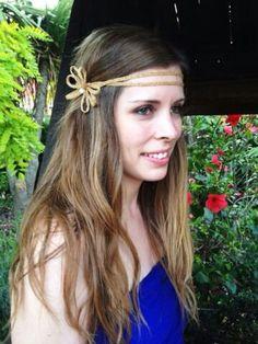 Cinta doble dorada con terminación en flor y perla en el centro. Peticiones en luzentupelo@hotmail.es #cintasparapelo #cintasparabodas #cintasdoradas #tocadosonline #tocadoseconomicos