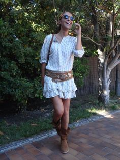 Ruffled shirt dress by Isabel Marant paired with slouchy tan boots and a gorgeous Moroccan studded tan leather belt. Boho Outfits, Dress Outfits, Casual Outfits, Fashion Outfits, Urban Fashion, Boho Fashion, Spring Fashion, Street Style Summer, Spring Style