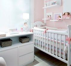 Decoração de quarto de bebê rosa com bonecas
