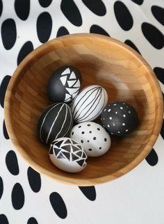 ostereier in schwarz-weiß bemalen hängend streifen | ostern, Innenarchitektur ideen