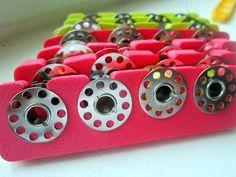 Fica aqui uma sugestão bem simples de como arrumarmos as nossas canelas/bobines.     Com aquelas esponjas que se usam na pedicure, criamos ...