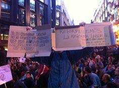 """Fecha: 8/6/11. Hora: 22.02. Tuit original: """"Pancartas con cartones: """"Reformulemos la reforma laboral"""" #15m #15Mfrentealcongreso""""."""