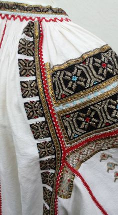 Romanian blouse - ie detail. Embroidery Motifs, Embroidery Designs, Diy Embroidery, Dress Design Sketches, Costumes Around The World, Antique Quilts, Folk Costume, Peasant Tops, Ethnic Fashion