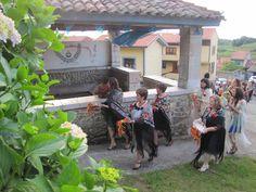 Llegada de las mozas de la #fuented´arriba, a #enramar la f#uente de #San #Fernando.  #Restaurante #migal. #Cue. #Llanes. #Asturias. #Spain.