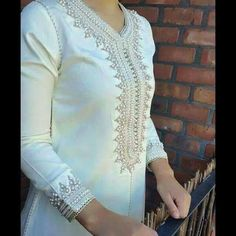 Most beautiful simple caftan Muslim Fashion, Asian Fashion, Hijab Fashion, Morrocan Dress, Moroccan Caftan, Indian Dresses, Indian Outfits, Estilo Abaya, Arabic Dress
