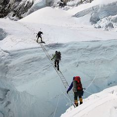 Climbers cross a treacherous crevasse in the Khumbu Icefall on Everest » This is something I could NEVER do, what about you?
