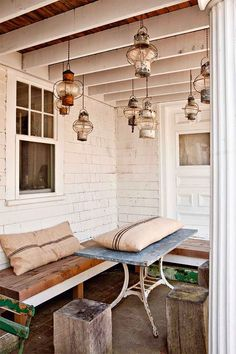 Keltainen talo rannalla: Rustiikkia ja väriä