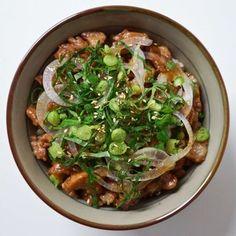간편하면서 근사하게 즐길 수 있는 한 그릇 덮밥 요리를 준비했어요. 차슈는 일본에서 돼지고기를 간장 소스에 부드럽게 익혀 주로 덮밥이나 라면에 곁들여 먹는데요. 양념이 깊게 밴 차...