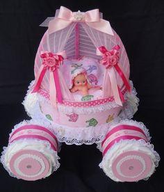 Diaper cakes - Tarta de Pañales - Baby Shower gifts and crafts Baby Shower Crafts, Baby Shower Parties, Baby Shower Themes, Shower Ideas, Baby Showers, Shower Bebe, Girl Shower, Baby Shower Centerpieces, Baby Shower Decorations
