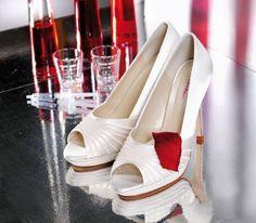 Bijna alle satijnen schoenen kunnen gekleurd worden.  Kies je eigen kleur!  En lever een staaltje aan in de kleur van je keuze.