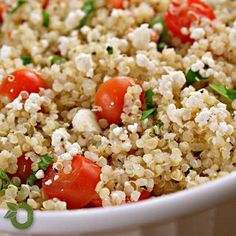 Chegou a hora do almoço ou jantar e você não sabe o que fazer? Hoje a receita será de cuscuz com quinoa e legumes. A quinoa é rica em proteínas, aumenta a disposição, controla o colesterol, glicemia e pode prevenir osteoporose e câncer de mama. Receita simples e rápida de preparar, feita pela @Nutri_Iza!  Você vai precisar de 2 xícaras de chá de quinoa, 1 colher de sopa de azeite, 2 tomates picados, 1 abobrinha média picada cozida, 1 cenoura cozida em cubinhos, 1 cebola pequena picada, salsa…