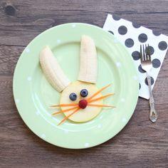 No cuesta nada hacer snacks saludables para los niños en la Pascua! Pedrito se divirtió montón comiendo este conejo frutal! #healthy #easter #fruits #kids #bunny #saludable #pascua #frutas #niños #conejo
