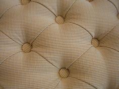 Hier steckt die Liebe im Detail, eine schöne Rautenheftung für ein Bettkopfteil.