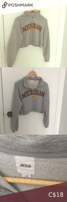 Cropped sweater ((Michigan sports print) This item is quite warm so it's perfect for winter if you match it with high waisted black jeans. Almost brand new. The item is in excellent condition. High Waisted Black Jeans, C 18, Plus Fashion, Fashion Tips, Fashion Trends, Turtlenecks, Cropped Sweater, Michigan, Gray Color