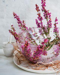 Fun idea for a frozen bowl! Cute for a dinner party Fresco, Ice Bowl, Flower Bowl, Diy Flower, Flower Ideas, Sweet Paul, Ice Ice Baby, Arte Floral, Edible Flowers