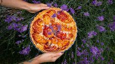 Tenhle koláč můžete upéct vpodstatě sjakýmkoli letním ovocem, těsto pokaždé ovonět jinou bylinkou (levandule, rozmarýn, tymián) ajemnou mandlovou pastu příště zkusit udělat třeba zvlašských nebo lískových ořechů. Základ zkřehkého máslového těsta, vláčné náplně ašťavnatého ovoce nikdy nezklame!