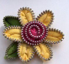 Manualidad a base de cremalleras.. http://redespress.wordpress.com/2014/12/24/reciclar-el-arte-de-la-necesidad/