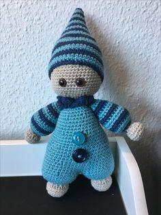 Opskriften kan købes her  https://www.etsy.com/listing/157636908/pattern-cuddly-baby-crochet-pattern og man kan vælge at få den på dansk (efter at betalingen er gennemført)