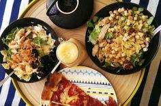 Salade césar : morceaux de poulet froids, croutons, pâtes, salades mixte, olive, tomate et sauce tomate – Pizzas froides de la veille🙂 NEVER WASTE PIZZA – Smoothie banane, framboise et jus d'orange Tropicana