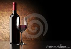 Bottiglia di vino rosso con vetro scuro su riflettente inferiore e superiore.