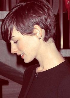17 Great Short Pixie Hairstyles The stylish pixie haircuts earned their wide popularity with their fresh look and style among women of all age groups. Everyone can wear a pixie hairs. Pixie Cut With Long Bangs, Short Hair Cuts For Women, Short Hairstyles For Women, Long Pixie, Short Pixie Haircuts, Pixie Hairstyles, Pretty Hairstyles, Beautiful Haircuts, Layered Hairstyles