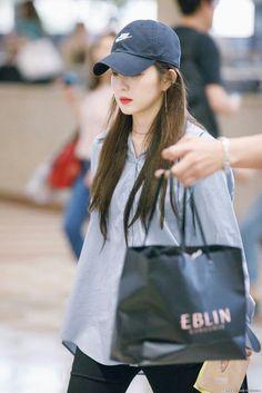 """irene in caps that will make you gay : a thread 😜"" Red Velvet Irene, Airport Style, Airport Fashion, Blackpink Jennie, Seulgi, Movie Stars, Asian Girl, Rain Jacket, Windbreaker"