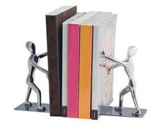 Hombres de metal que soportan cada fila de volúmenes. Así de original es este sujeta libros.