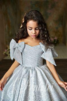 Elegant dress for kids Children dress # dressy kids dress # Put on girls # luxurious clothes Little Girl Gowns, Gowns For Girls, Little Girl Dresses, Girls Dresses, Flower Girl Dresses, Baby Girl Party Dresses, Dress Party, Birthday Girl Dress, Birthday Dresses