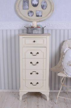 Die Kommode ist ein fantastisches Möbelstück: Sie bietet genug Stauraum um alle Unordnung aus dem Weg zu räumen und ist gleichzeitig ein sehr dekoratives Möbelstück. Die Ablagefläche bietet zudem weiteren Platz für Dekoartikel wie kleine Boxen, Skulpturen oder Bilder in hübschen Bilderrahmen. Das Wort Kommode kommt vom französischen commode, was bequem bedeutet. Und genau das ist die Kommode auch. Sie ist eine Weiterentwicklung der Truhe, die zwar toll aussieht, sich aber etwas umständlich…
