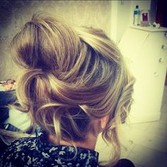 #Messybun #upstyle  #blonde #sarahthehairartist