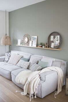 SCANDIMAGDECO Internet-Tagebuch: Inspiration deco interiors smoke gray or green water, white … Living Room Green, Home Living Room, Interior Design Living Room, Living Room Designs, Living Room Wall Colors, Gray Interior, Living Room Paint, Minimalist Home Decor, Living Room Inspiration