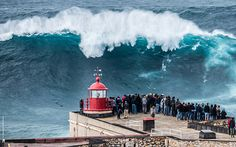 The Monster Waves at Nazare, Portugal The pretty seaside town and resort of Nazaré on the west coast of Portugal remains crowded throughout the summer with tourists who flock to its long sandy beaches. No Wave, Giant Waves, Huge Waves, Formation Photo, Big Wave Surfing, Big Photo, Seaside Towns, Seaside Beach, Paisajes