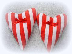 coraçoes em tecidos natalinos para decorar sua casa ou arvore de natal em tecidos 100% algodão ambos os lados e enchimento com fibra  temos tambem nos tamanhos de  5x7     para porta guardanapo com fita de cetim para amarrar 10,00 a und R$ 18,00