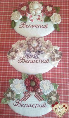 le creazioni di antonella: TARGHETTE DIETROPORTA CON SCRITTA BENVENUTI RICAMA... Tutu Wreath, Diy Wreath, Wire Wreath Forms, Holly Hobbie, Shabby Chic Homes, Summer Wreath, Fabric Flowers, Flower Pots, Decoupage