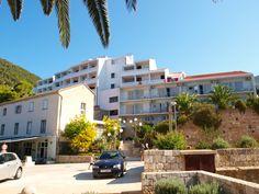 Hotel BIŠEVO **+ Komiža otok Vis  KOMIŽA – OTOK VIS - Hotel BIŠEVO **+ AKCIJA -20% 26.8.-2.9. 7 polupansiona od 1.140 kn.  Položaj: na uzvisini iznad velike plaže (lijep pogled na mjesto i otočić Biševo), okružen borovom šumom; 500 m od središta Komiže (trgovine, restorani, pošta, banka, ambulanta, ljekarna, brijačko-frizerski salon, diskoteka, ljetno kino, galerija, ribarski muzej).  Sadržaji: 350 kreveta, dizalo, mjenjačnica, sef na recepciji, kozmetički salon, restoran s terasom...