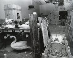 Paul Thek ~ Ark, Piramide ~ ~ Verschillende materialen ~ 250 x 830 cm. Documenta Kassel, Fabre, Installation Art, Art Installations, Stage Design, Museum, Sculpture, The Originals, Painting