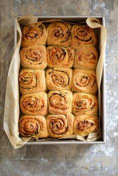 HVITLØKSSNURRER Baking Recipes, Cake Recipes, Norwegian Food, Garlic Bread, Bread Baking, Finger Foods, Baked Goods, Tapas, Bacon