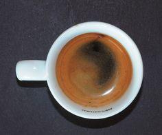 Crema clara, sin consistencia y de baja duración, incluso puede tener un agujero negro.