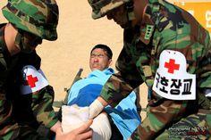 응급처치 훈련 중인 구호장교