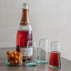 Gerecycleerde champagneglazen, heel tof om uit te drinken maar ook héél decoratief om eens als vaasje te gebruiken. Mix and match op je eettafel ! Champagne Glasses, Recycled Glass, Recycling, Household, Wine, Bottle, Morocco, Om, Handmade