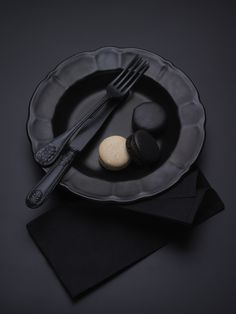 Black tableware with black & white Macarons My Black, Shades Of Black, Back To Black, Matte Black, Color Black, Black Style, Black Silver, Dark Punk, Printable Images