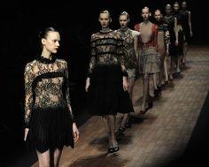 DE LADY GAGA A FUTURISTAS KIMONOS TRADICIONALES EN LA SEMANA DE LA MODA DE JAPÓN http://www.europapress.es/chance/moda/noticia-lady-gaga-futuristas-kimonos-tradicionales-semana-moda-japon-20120323125533.html