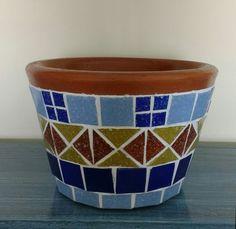 Disponível em @acordascores. Feito por Flávia Sichetti. Mosaic Flower Pots, Mosaic Pots, Mosaic Bottles, Vase, Spanish Colonial, Terracotta Pots, Aztec, Planter Pots, Projects To Try