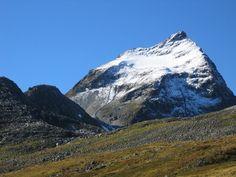 A montanha Slogen, a 1.564 m  de altura, é classificada entre os dez melhores passeios de montanha na Noruega. Isto é principalmente devido à sua beleza, vista, e o fato de que ela sube diretamente do fiorde. Faz parte da cordilheira Sunnmørsalpene, localizada em Ørsta, condado de Møre og Romsdal, Noruega.  Fotografia: https://en.wikipedia.org