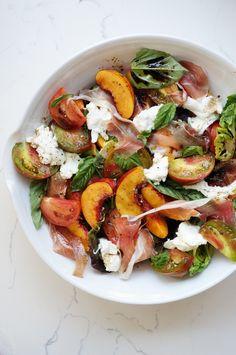 Salada de verão com nectarinas, tomate, presunto e mozzarella de búfala para levar para a praia